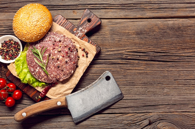 Ingredientes de hambúrguer de vista superior na mesa de madeira