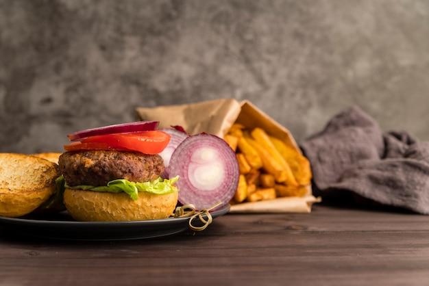 Ingredientes de hambúrguer e batata frita turva