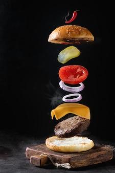 Ingredientes de hambúrguer em levitação