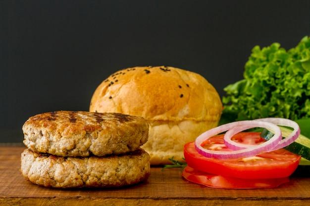 Ingredientes de hambúrguer na mesa