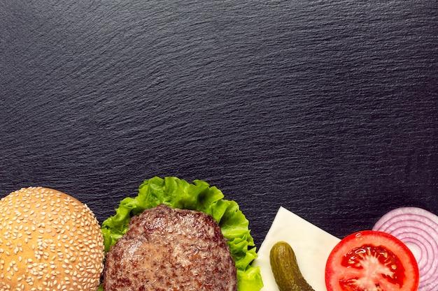 Ingredientes de hambúrgueres plana leigos com espaço de cópia
