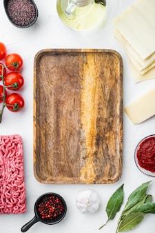 Ingredientes de lasanha de carne em pedra branca