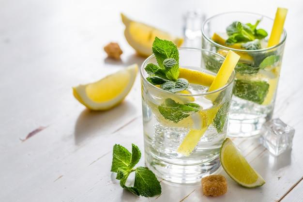 Ingredientes de limonada em fundo de madeira dwhite