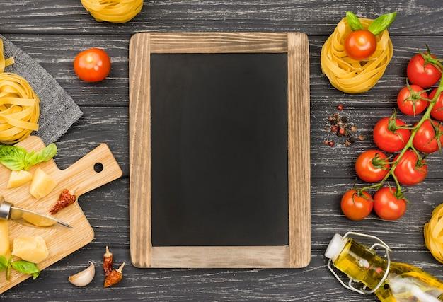 Ingredientes de lousa e macarrão
