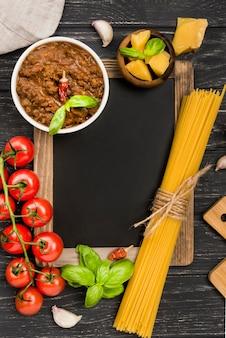 Ingredientes de lousa e spaghetii à bolonhesa