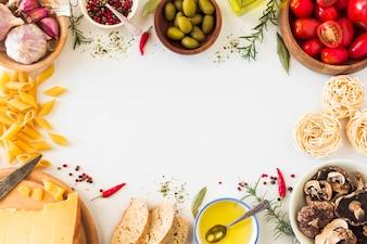 Ingredientes de massa italiana em fundo branco com espaço para texto