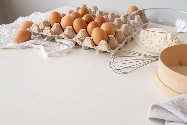 Ingredientes de massa na mesa com cópia-espaço
