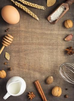 Ingredientes de padaria em fundo de madeira