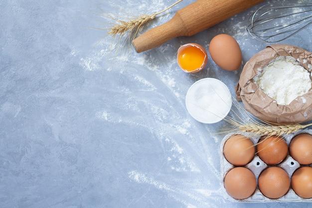 Ingredientes de padaria farinha em pó sobre fundo de pedra de cima