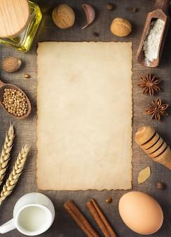Ingredientes de panificação e pão em fundo de madeira, vista superior