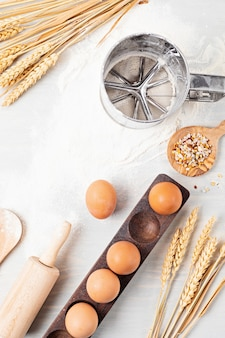 Ingredientes de panificação e utensílios de cozinha planos. alimentação saudável, comida caseira, receitas de panificação, blog de culinária online e conceito de aulas. vista do topo