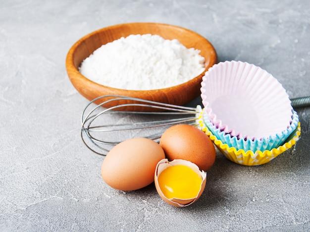 Ingredientes de panificação - farinha e ovos