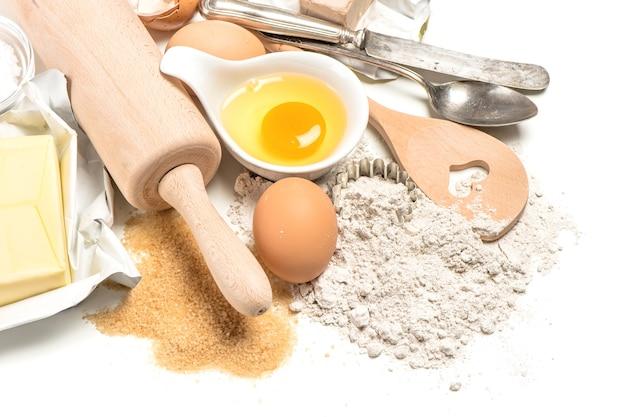 Ingredientes de panificação: ovos, farinha, açúcar, manteiga, fermento. preparação da massa. fundo de comida