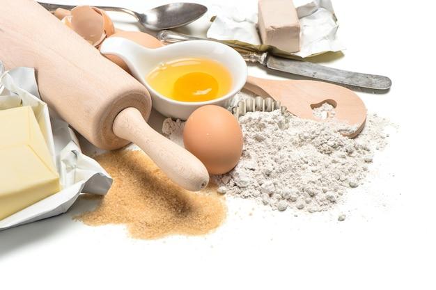Ingredientes de panificação: ovos, farinha, açúcar, manteiga, fermento. preparação de massa