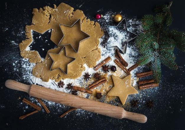 Ingredientes de panificação para a preparação tradicional de biscoitos de gengibre nas férias de natal