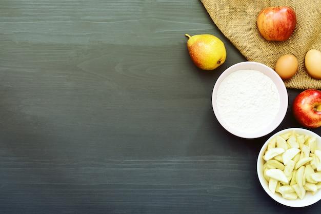 Ingredientes de panificação para fazer bolo de maçã