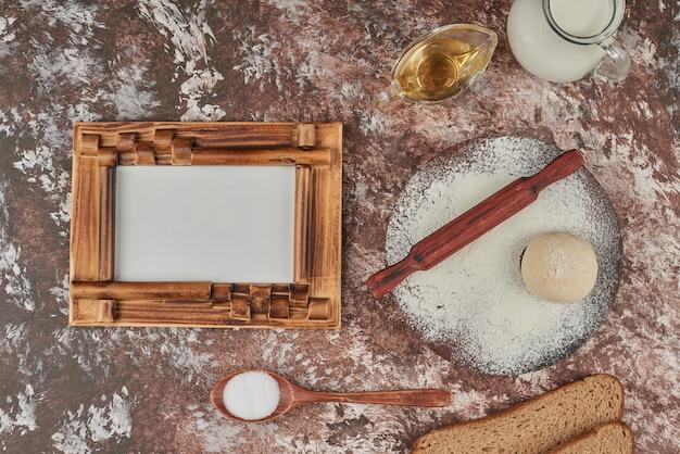 Ingredientes de pão em torno de uma moldura para preços.