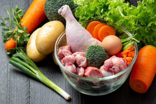 Ingredientes de ração saudável e fresca em superfície escura