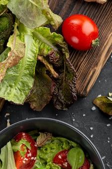 Ingredientes de salada caseira em fundo escuro