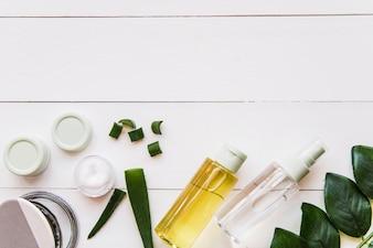 Ingredientes de spas naturais em fundo branco de madeira