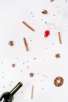 Ingredientes de vinho quente com especiarias em branco