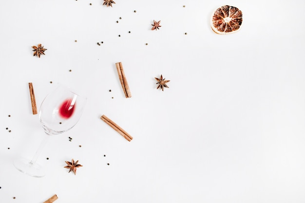 Ingredientes de vinho quente no fundo branco. camada plana, vista superior