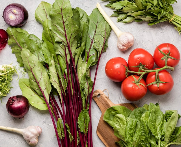 Ingredientes deliciosos para vista superior da salada saudável