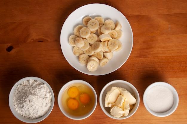 Ingredientes do bolo - banana, ovos, farinha de trigo, manteiga, margarina, leite