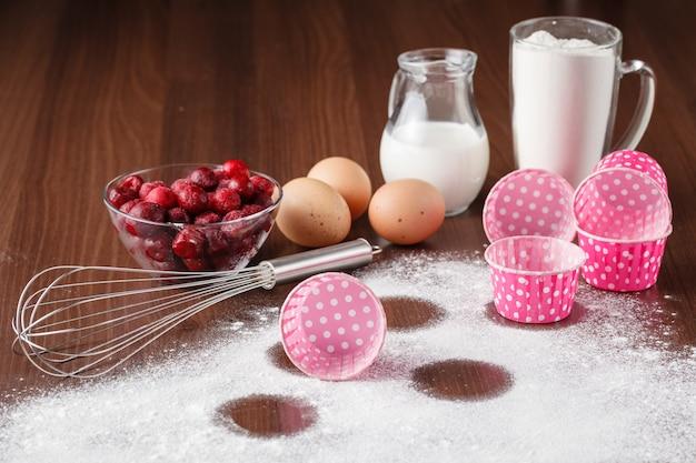 Ingredientes do bolo na mesa.