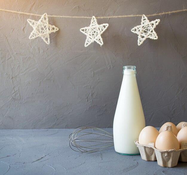 Ingredientes do café da manhã. leite, ovos e bata. decoração de natal
