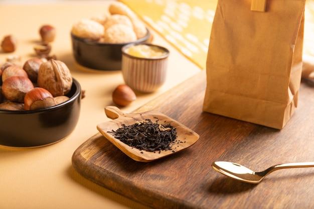 Ingredientes do chá na mesa chá seco na colher de pau, raiz de gengibre e mel.