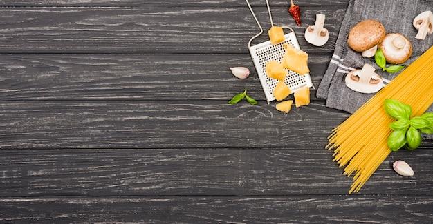 Ingredientes do espaço da cópia para espaguete com cogumelos