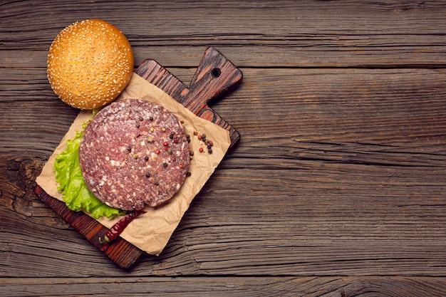 Ingredientes do hamburguer em uma placa de corte