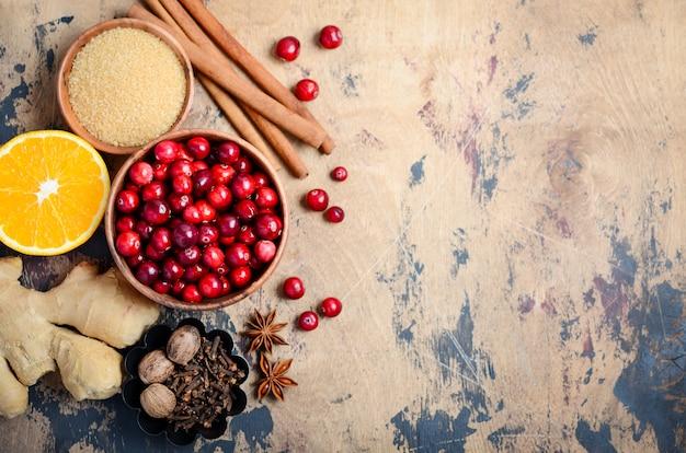 Ingredientes do molho de cranberry em um fundo de madeira.