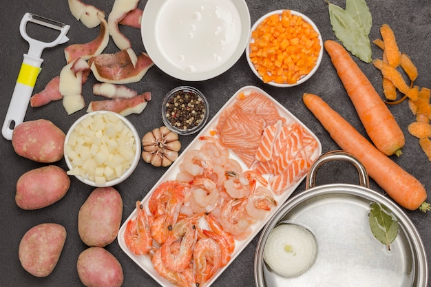 Ingredientes e aparelhos para cozinhar sopa de mariscos. frutos do mar fonte natural de ômega-3.