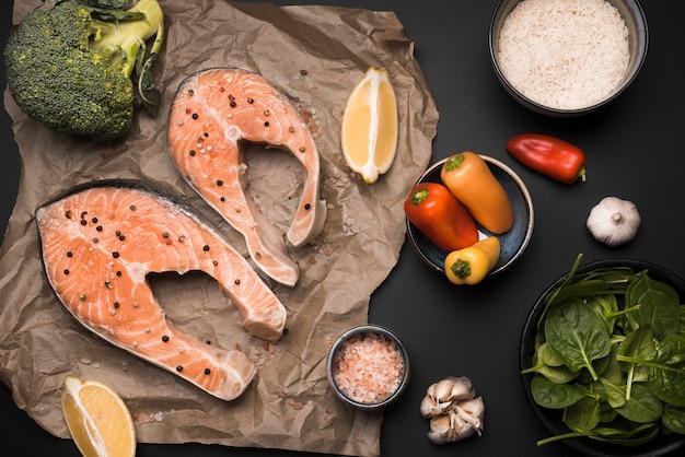 Ingredientes e bife de salmão cru liso leigos