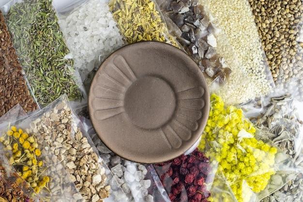 Ingredientes e componentes à base de ervas e minerais embalados para a criação de suplementos orgânicos e prato vazio para texto