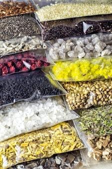 Ingredientes e componentes à base de ervas e minerais embalados para a criação de suplementos orgânicos