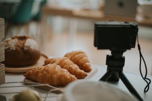 Ingredientes e ferramentas para panificação e câmera para aulas de culinária online.