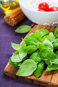 Ingredientes e manjericão fresco