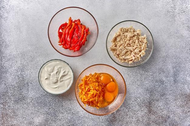 Ingredientes frango ovos queijo creme azedo para torta de quiche caseira vista de cima