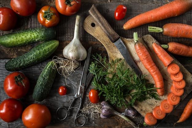 Ingredientes frescos para cozinhar, tomates, cenouras e pepinos