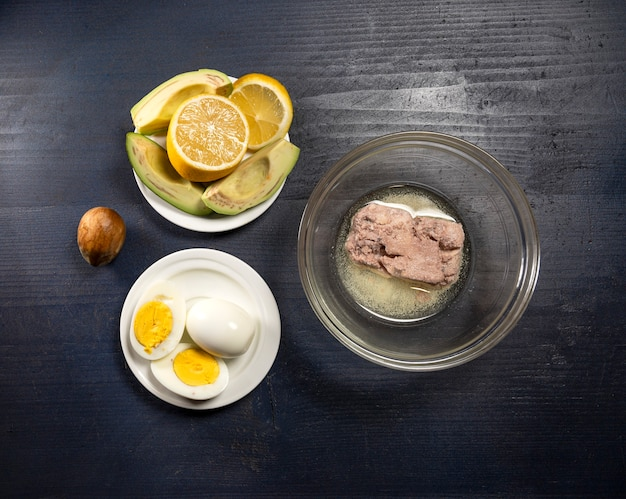 Ingredientes frescos para guacamole caseiro em uma mesa de madeira