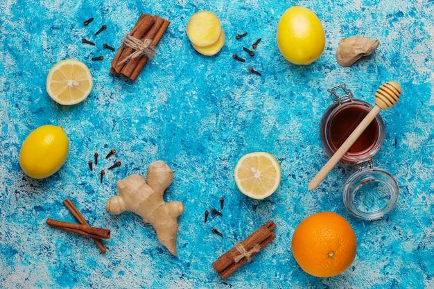 Ingredientes: gengibre fresco, limão, paus de canela, mel, cravo seco para aumentar a imunidade e beber vitaminas saudáveis
