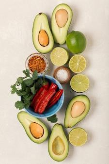 Ingredientes guacamole, abacate e limão, pimenta e coentro