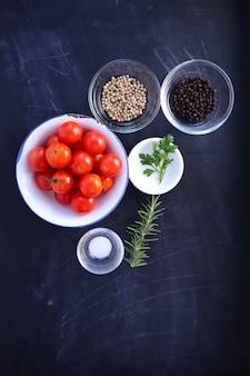 Ingredientes na tigela em preto woooden