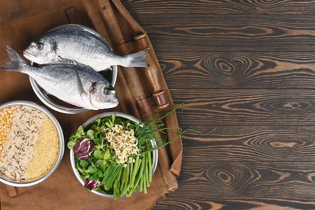 Ingredientes naturais crus para ingredientes saudáveis para alimentos para animais de estimação em tigelas individuais