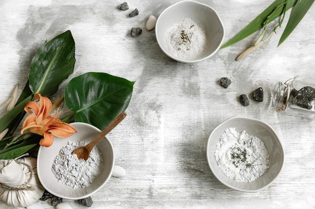 Ingredientes naturais de consistência em pó para fazer uma máscara para o cuidado da pele, fazendo uma máscara em casa.