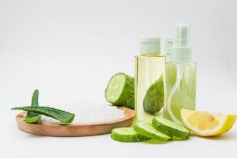 Ingredientes naturais de spas para cuidados com a pele e tratamento de cabelo em fundo branco