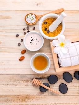 Ingredientes naturais dos termas e almofariz branco no fundo de madeira.